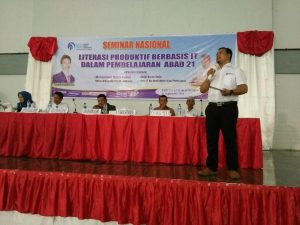 """Muhammad Ramli Rahim (Ketum IGI Pusat) memberi sambutan pada Seminar Nasional """"Literasi Produktif Berbasis IT Dalam Pembelajaran Abad 21"""" yang diselenggarakan oleh IGI Kab. Dompu Kamis, 01/09/2016."""