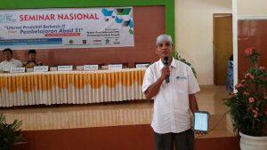 Pak Ulil Amri, Ketua IGI NTB sedang menjelaskan program Sagusatab, menggunakan tablet untuk presentasi. Seminar Nasional diselenggarakan oleh IGI Lombok Tengah. Sabtu, 03/09/2016