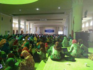 Lebih dari 350 orang peserta mengikuti Seminar dan Pelatihan Literasi Produktif di Kab. Sumbawa Barat. Tempat terbatas, lesehan pun jadi, yang penting dapat ilmu dari IGI. /Foto: Erma.
