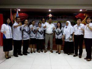 Sekjen IGI Mampuono, Pengurus PP bu Marete, Beberapa Pengurus Wilayah IGI Bali, berfoto bersama dengan guru-guru berseragam orprof PGRI.
