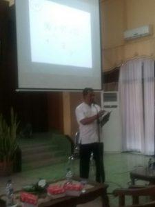 Abdul Karim sedang mempresentasikan materi.