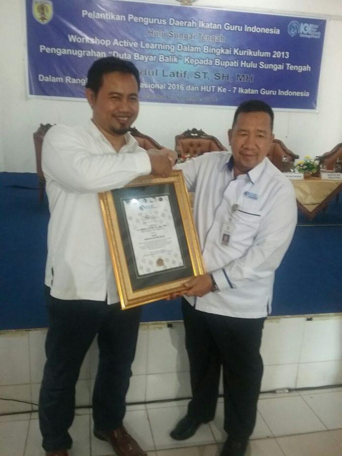Sesi MENEMU BALING, Menulis dengan mulut dan membaca dengan telinga, perjalanan Barabai-Banjarbaru di atas Terios Ketua IGI HST, Senin, 21 November 2016, pukul 18.00 - 22.30 WITA)